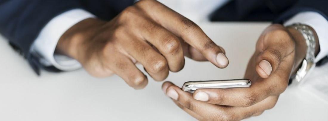 manos de hombre manejando un smartphone