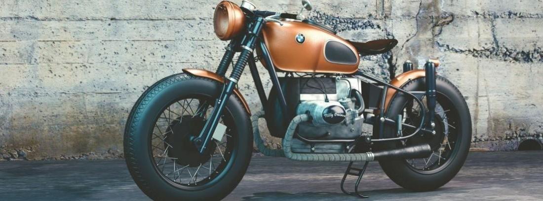 moto custom naranja delante de una pared
