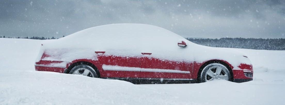 Coche atrapado en la nieve