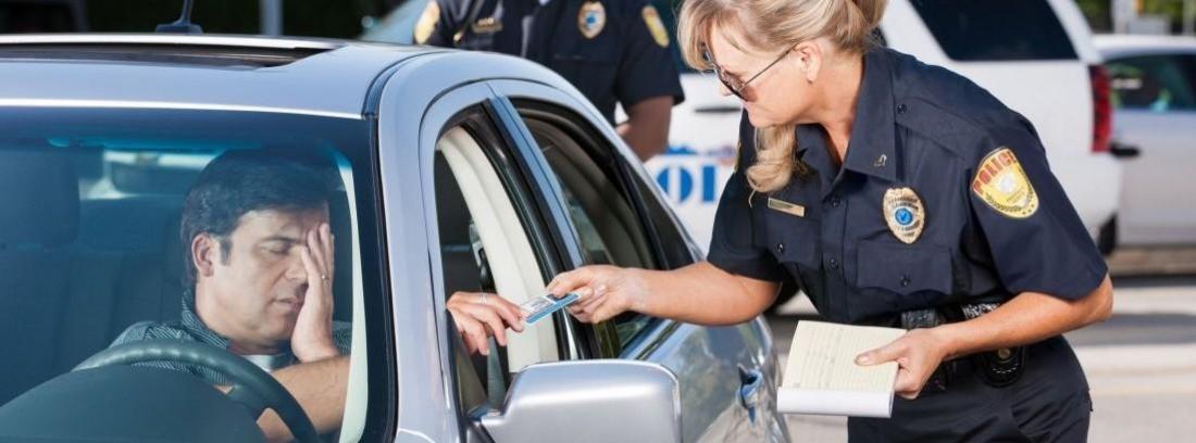 una agente policía ha parado un conductor de coche