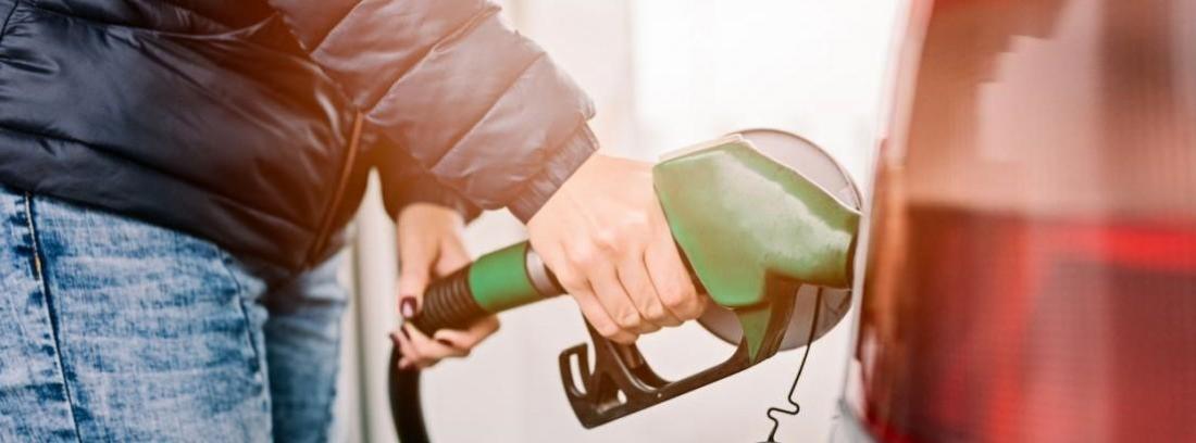 hombre repostando gasolina en gasolineras autoservicio
