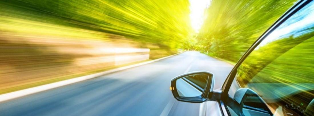 parte lateral delantera izquierda de un coche en marcha