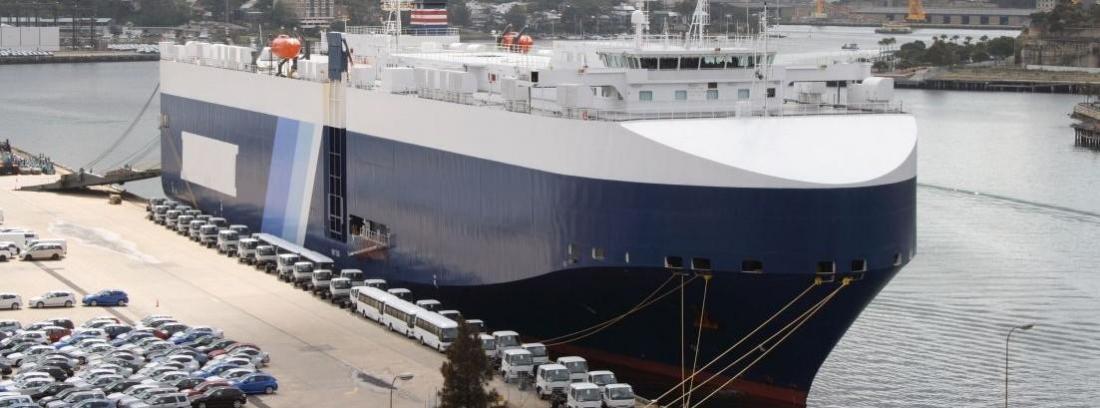 Bodega de un barco llena de coches