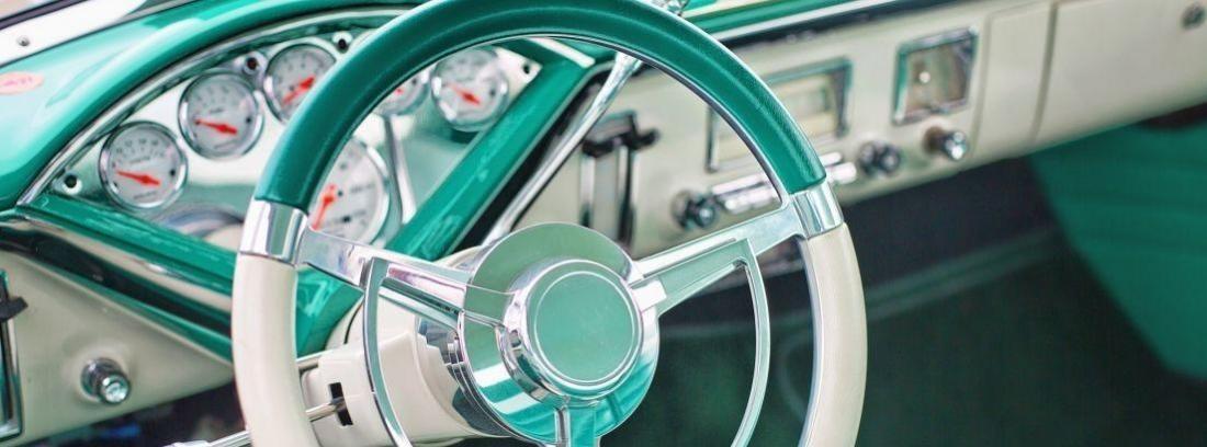 Volante y cuentakilómetros de un coche vintage