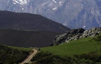 Pueblo y montañas de Picos de Europa