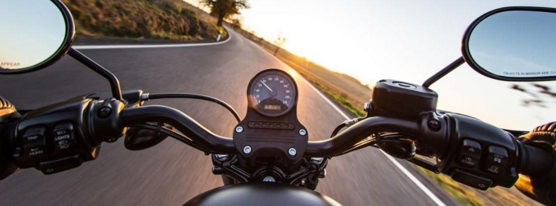 cuadro y manilla de una moto en carretera