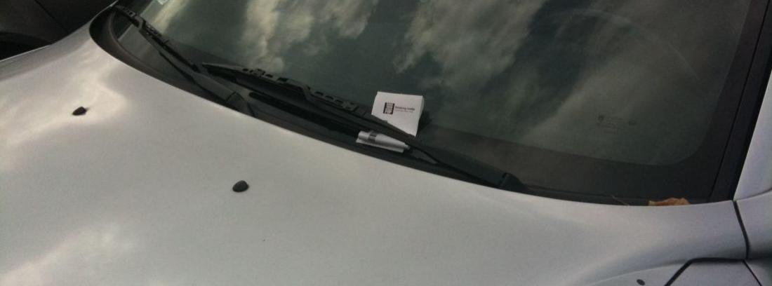 multa en el limpiaparabrisas de un coche