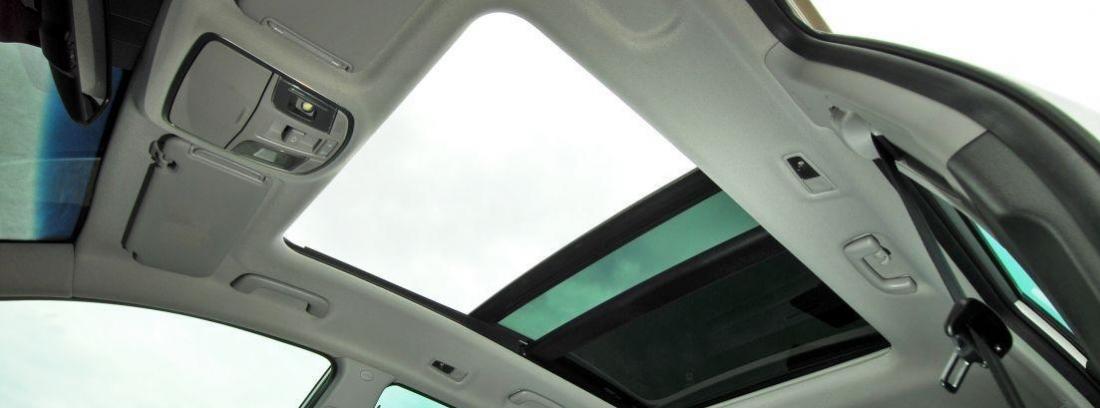 techo solar abierto de un coche