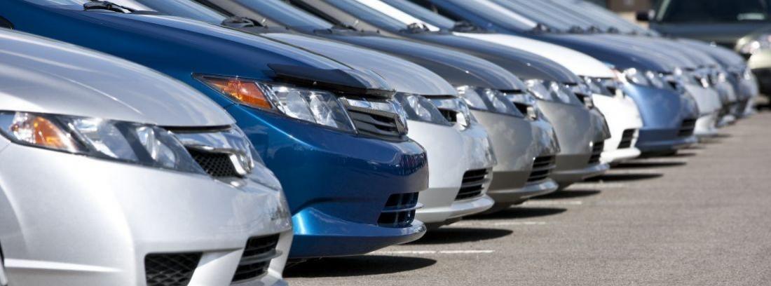 varios coches puestos uno al lado del otro