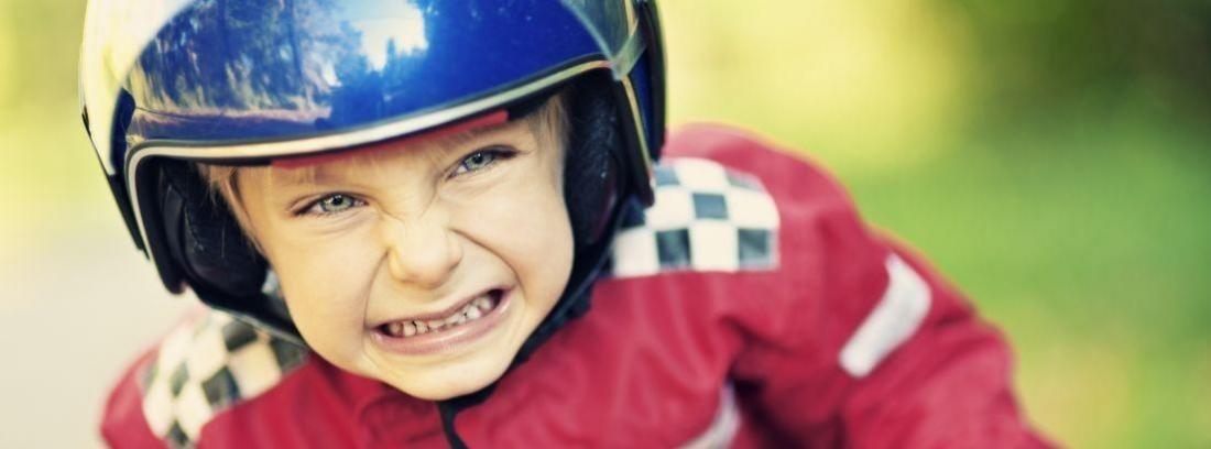 Un niño con un casco de moto blanco puesto