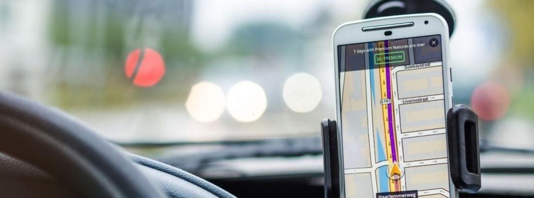 Hombre usando el GPS en el coche