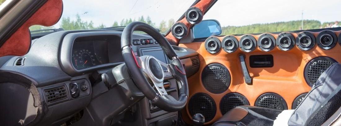 Puerta de coche con los mejores altavoces incrustados