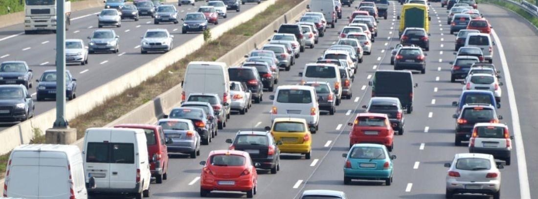 carretera de varios carriles con muchos vehículos