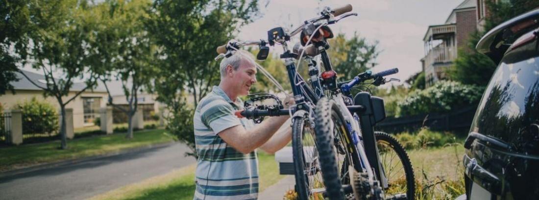 Transportar las bicicletas de los niños en el coche