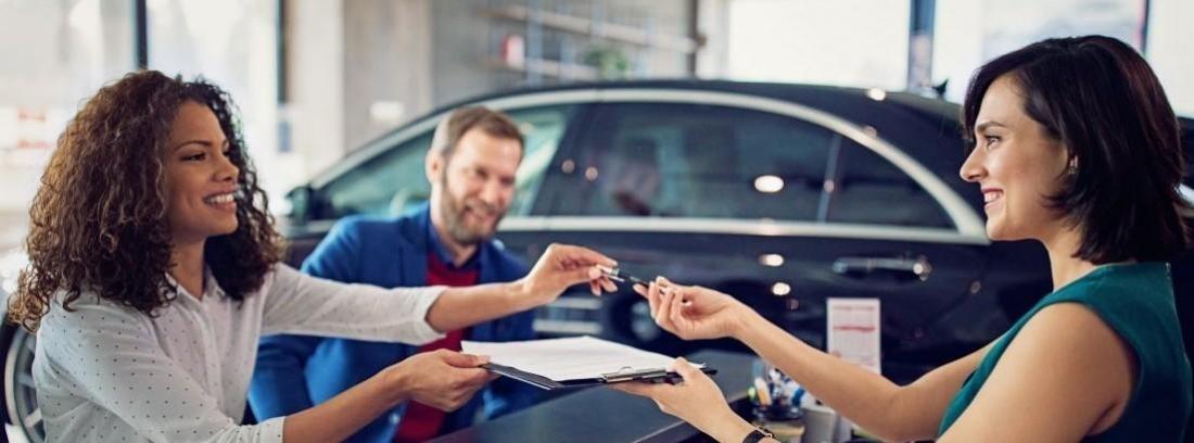 Pareja joven comprando un coche