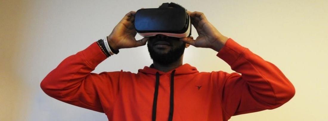 Una persona con gafas de realidad virtual conduciendo
