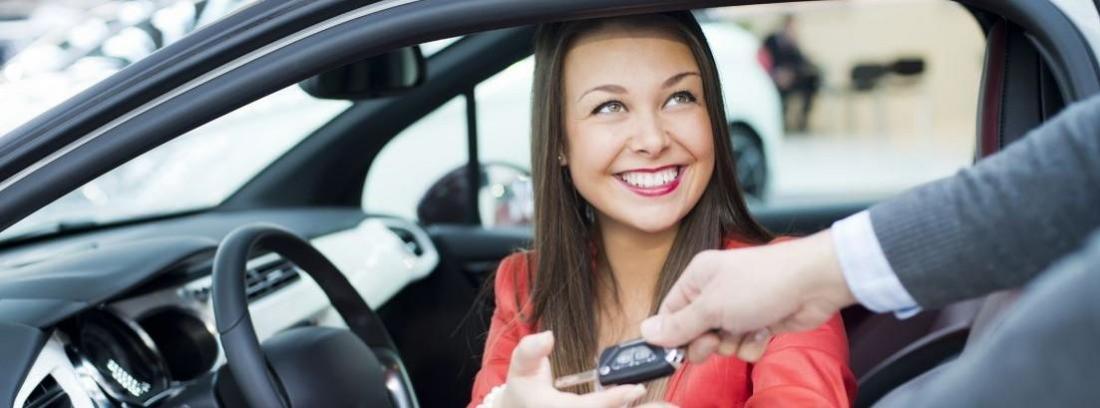 Dos personas mirando coches en un concesionario