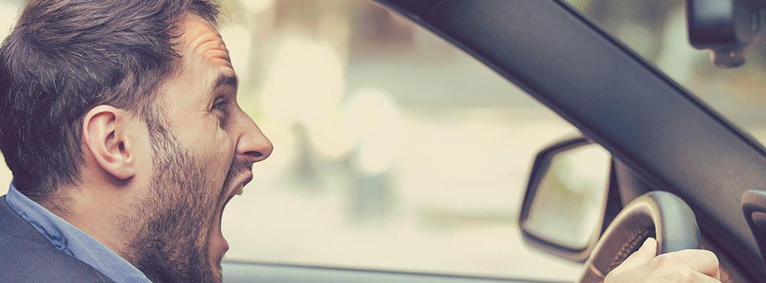 Hombre conduciendo un coche grita en el interior.