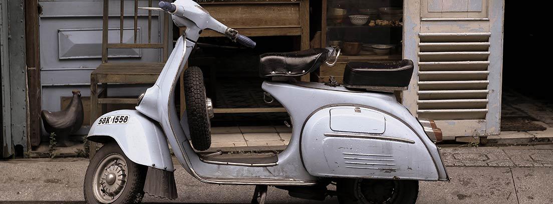 Ciclomotor antiguo aparcado en la calle