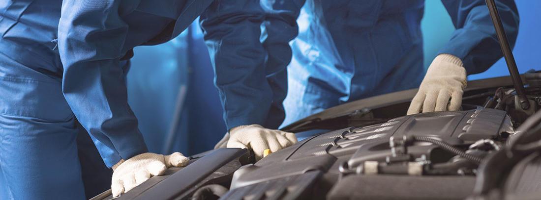 Mecánicos analizando el motor de un coche