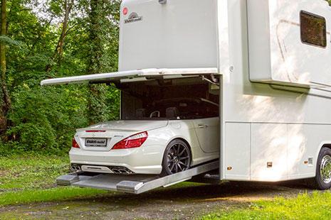 Autocaravana Vario perfect con garaje metiendo un mercedes descapotable