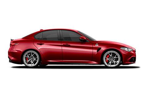 Vista lateral del coche Alfa Romeo Giulia Quadrifoglio en rojo