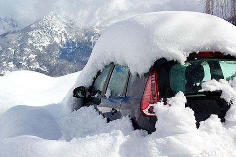 coche negro atrapado en la nieve