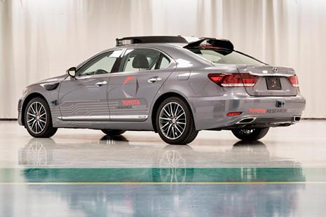 Lexus LS 600hL con conduccion automatizada gris ladeado