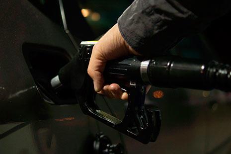 Manguera de gasolina dentro de coche negro