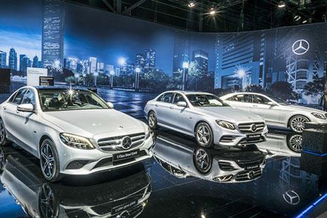 Varios Mercedes híbrido en color plata en el Salón de Ginebra