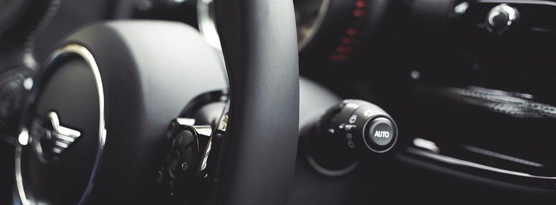 Interior de vehículo con volante negro