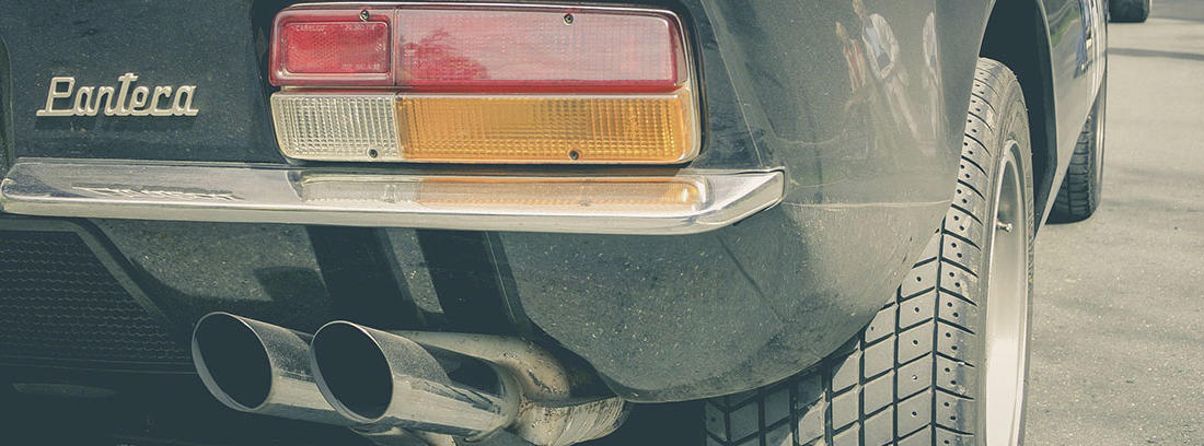 parte trasera de un coche con dos tubos de escape