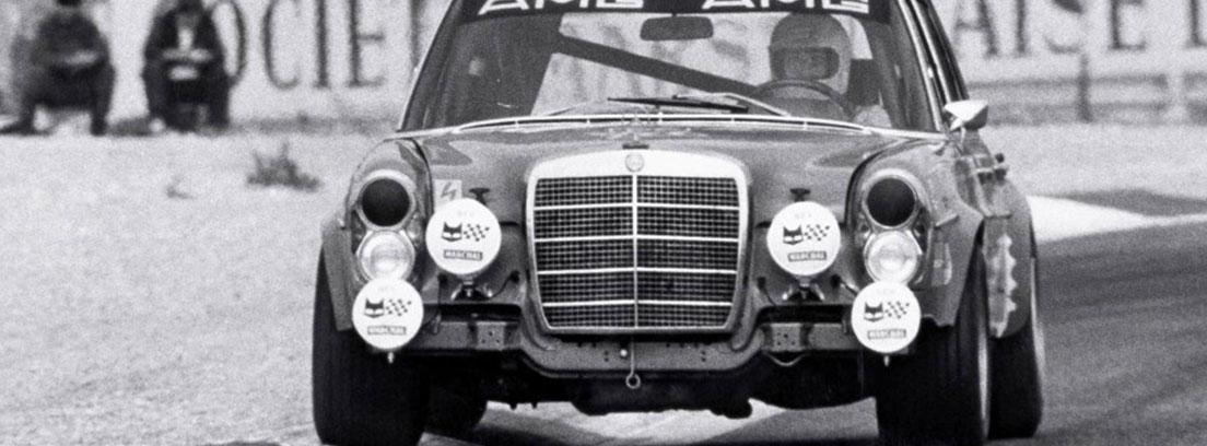 Imagen en blanco y negro de coche de carreras Mercedes 300 AMG SEL 6.8 en un circuito