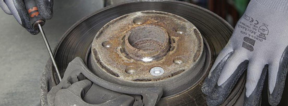 Mecánico arreglando los frenos de un coche