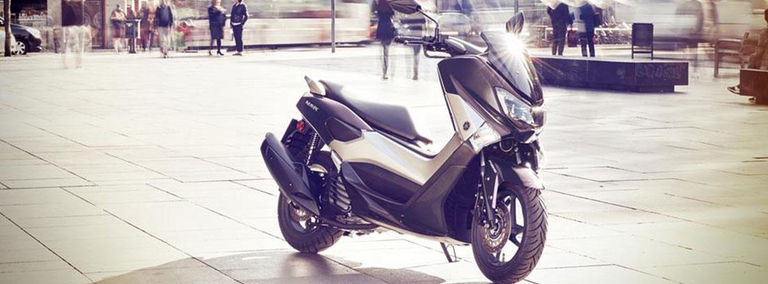 Moto Yamaha Nmax 125 gris aparcada en una zona urbana