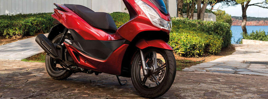 Moto Honda PCX 125 de color rojo aparcada