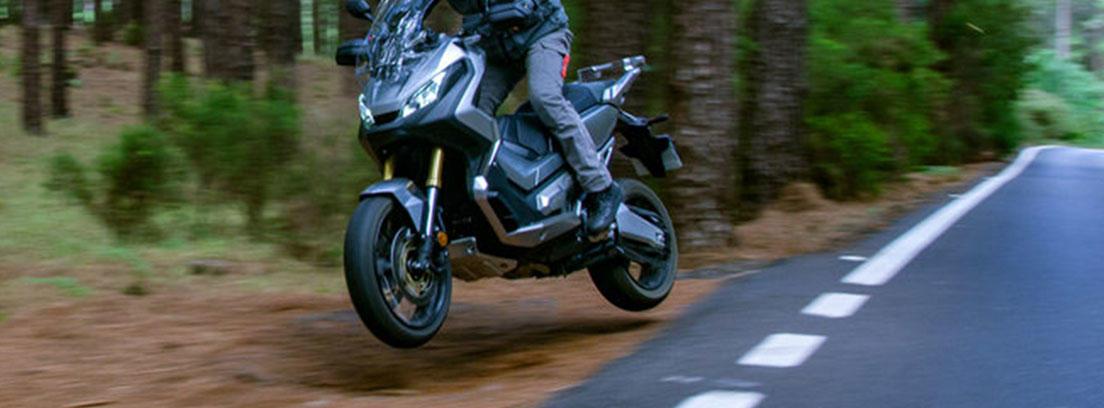 Moto Honda X-ADV circulando por una carretera