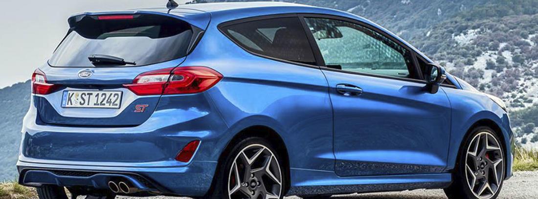 Vista posterior del nuevo Ford Fiesta 2018 azul sobre una carretera