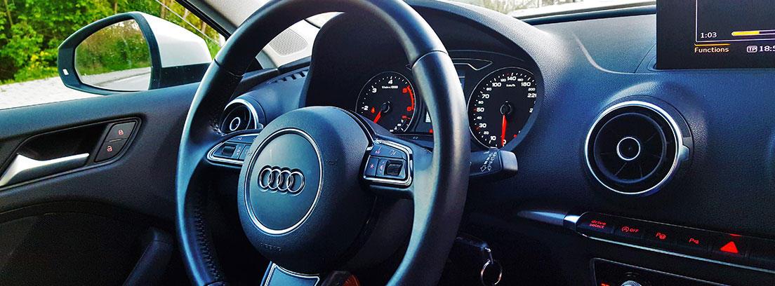 Volante y cuadro de mandos de un coche Audi