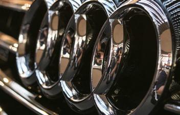 Logotipo de Audi en la parrilla frontal de un coche.