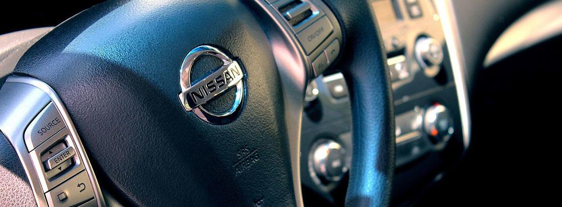 Volante de un coche de la marca Nissan