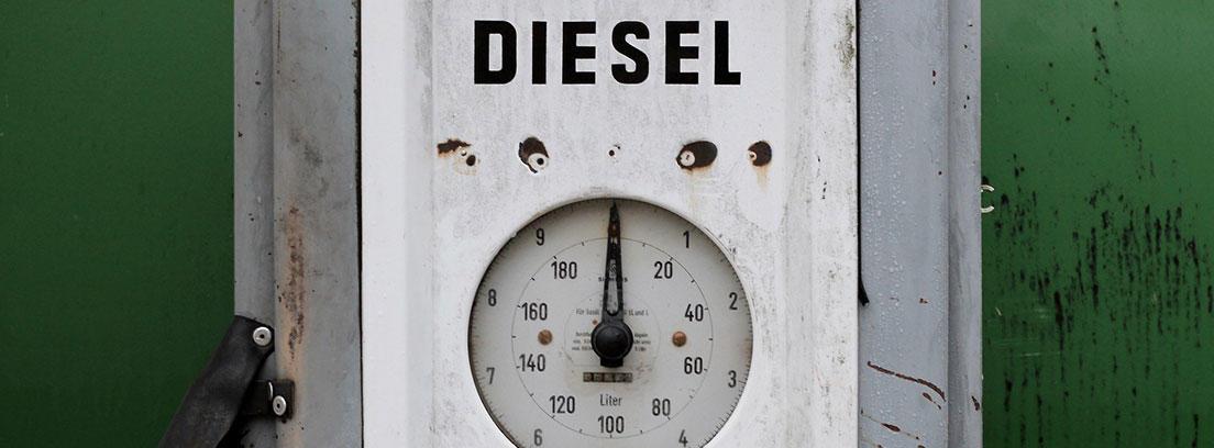 Aparato vintage con indicador de combustible diésel