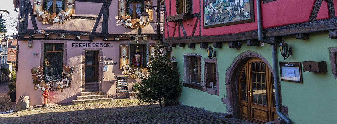 Casas medievales en un pueblo de Alsacia