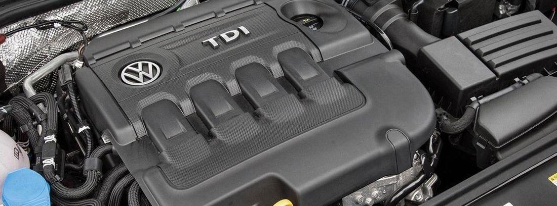 Motor de coche Volkswagen con la señal TDI.
