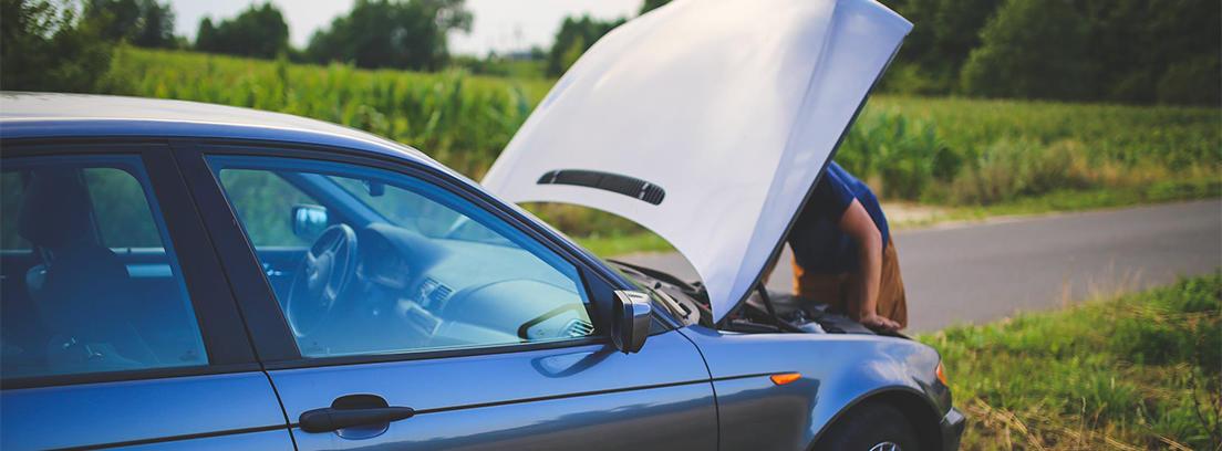 coche azul con el capot abier