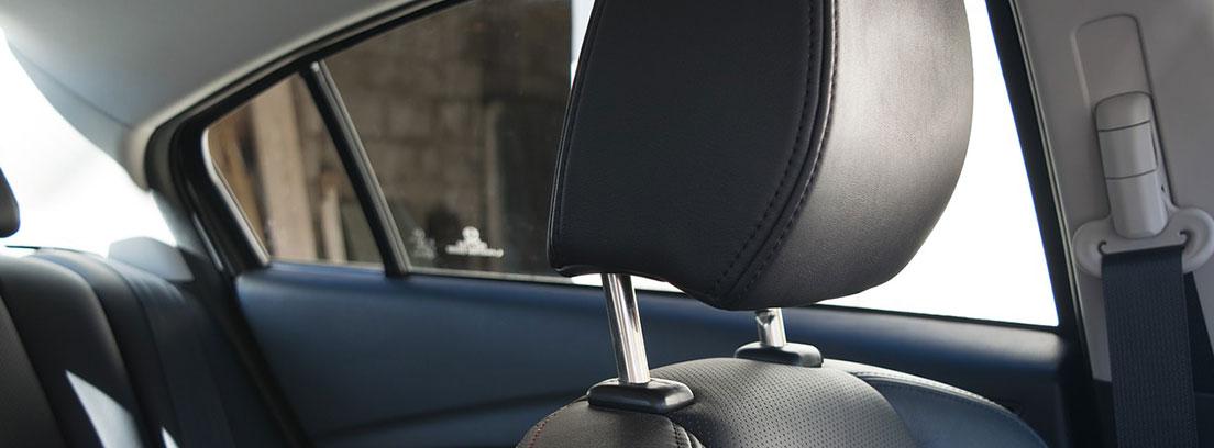 Reposacabezas de cuero negro en el interior de un coche.