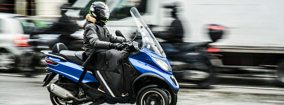 Persona con casco sobre una moto de tres ruedas