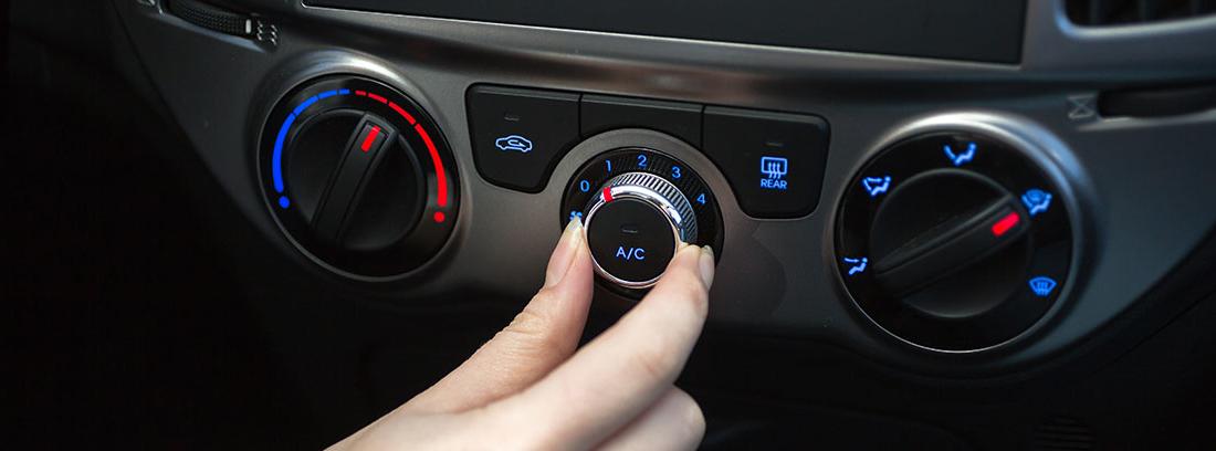 Mujer manipulando el aire acondicionado para el coche
