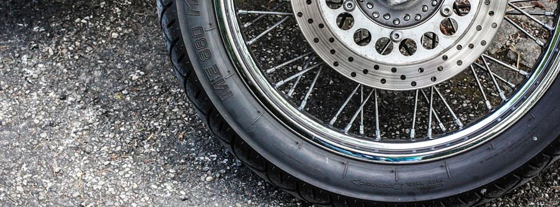 Detalle de una rueda radial de una motocicleta