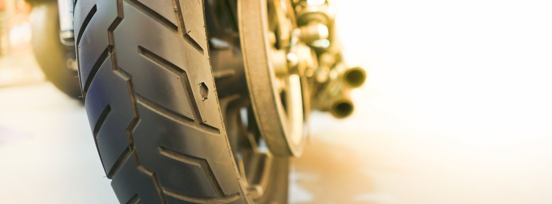 Neumático posterior de una motocicleta